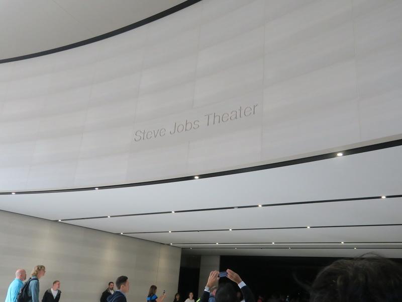 ウェイティングホールから地下に降りたシアターの入口には「STEVE JOBS THEATER」の刻印