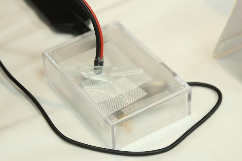 eDRXの試験デバイス(左)と実験設備の外観