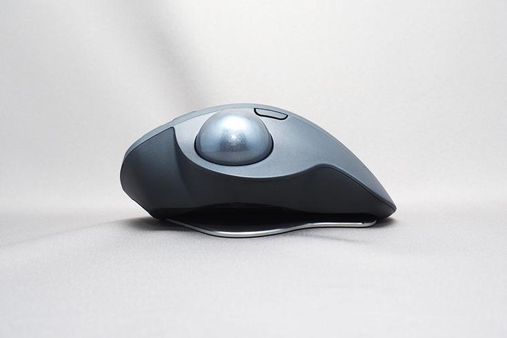 底面右側の磁石を使うと、親指側を約20度持ち上げた状態で使える