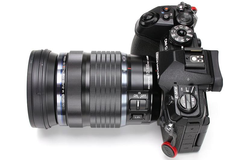 """オリンパス「OM-D E-M1 Mark II」(<a href=""""https://olympus-imaging.jp/product/dslr/em1mk2/"""" class=""""n"""" target=""""_blank"""">公式ページ</a>)。写真のレンズは「M.ZUIKO DIGITAL ED 12-100mm F4.0 IS PRO」ですが、ほかにも「M.ZUIKO PRO」シリーズレンズ(<a href=""""https://olympus-imaging.jp/product/dslr/mlens/index.html#anc01"""" class=""""n"""" target=""""_blank"""">公式ページ</a>)をアレコレ使っています。"""