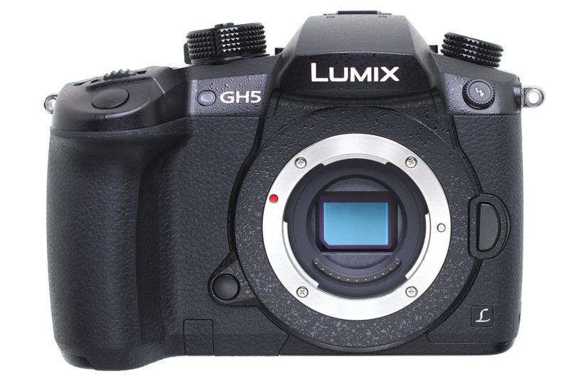 """パナソニック「LUMIX DC-GH5」(<a href=""""http://panasonic.jp/dc/g_series/gh5/"""" class=""""n"""" target=""""_blank"""">公式ページ</a>)。スチルカメラとしての基本性能の高さに加え、本体のみで4K/60p動画を撮影できるミラーレスです。写真のレンズは「LEICA DG VARIO-ELMAR 100-400mm/F4.0-6.3 ASPH./POWER O.I.S.」で、ほかに「LUMIX G VARIO 12-60mm/F3.5-5.6 ASPH./POWER O.I.S.」を使っています。"""