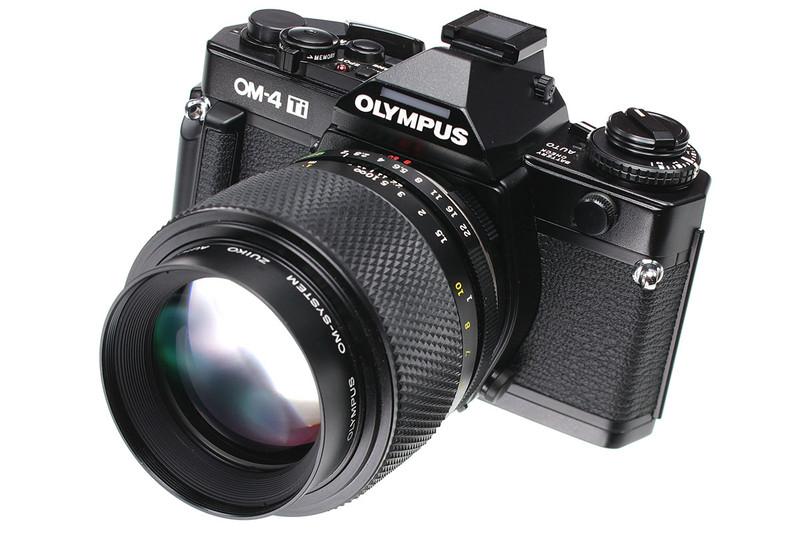 オリンパスのフィルム式一眼レフの「OM-2」と「OM-4」。「OM-2」は1975年11月発売で、「OM-4」(Tiブラック)は1989年4月発売です。どちらも、その小ささ軽さが実用性に直結していて、当時は多用していました。