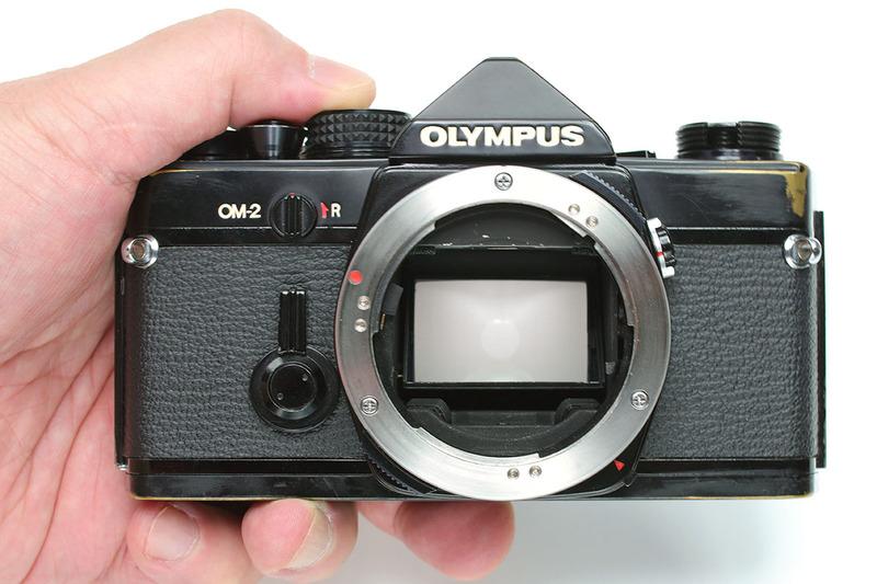 ボディを手に持った様子。片や40年以上前のカメラ、片や現在のカメラ。どちらも道具としてコンパクトにつくられています。