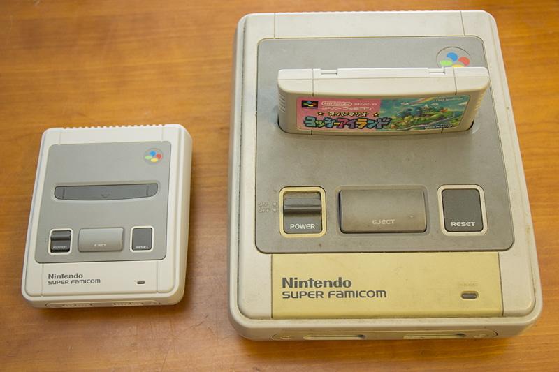 右はスーファミの実機。電源を挿せば今でもプレイできるが、カセット端子やビデオケーブルの接触がやや怪しい