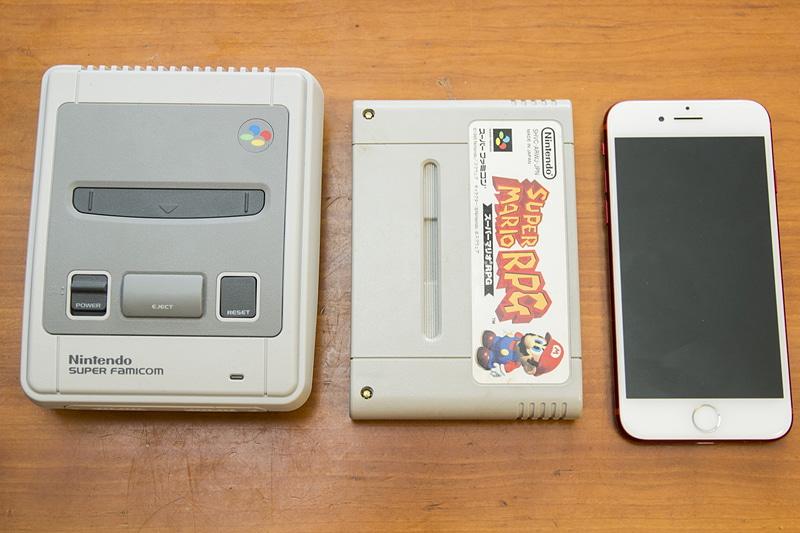 中央がスーファミ(実機)のカセット、右はiPhone