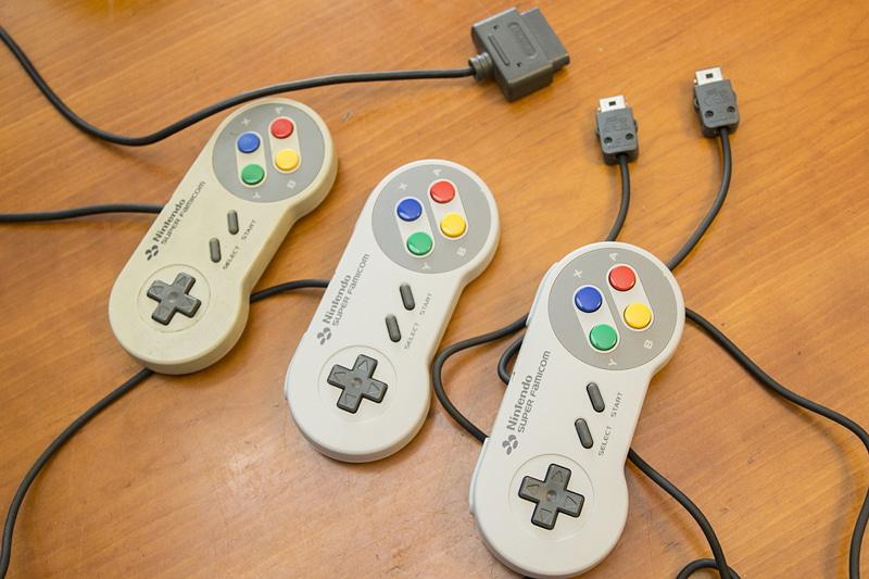 左から、スーファミ実機のコントローラー、Wiiのスーファミ風クラシックコントローラー、ミニスーファミのコントローラー