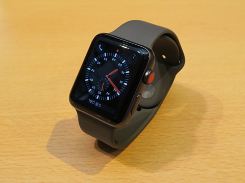 セルラー機能搭載で楽しくなった「Apple Watch Series 3」 アップル「Apple Watch Series 3/GPS+Cellularモデル」アルミニウム/42mm、カラーはスペースグレイアルミニウム(写真)、シルバーアルミニウム、ゴールドアルミニウムの3色。この他に、ステンレスケース、セラミックケースもラインアップ