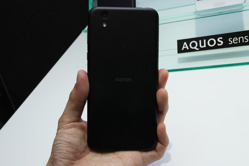 """このほかの写真は<a href=""""http://k-tai.watch.impress.co.jp/docs/news/1086006.html"""" class=""""n"""" target=""""_blank"""">【写真で見る「AQUOS R compact」「AQUOS sense」】へ</a>"""
