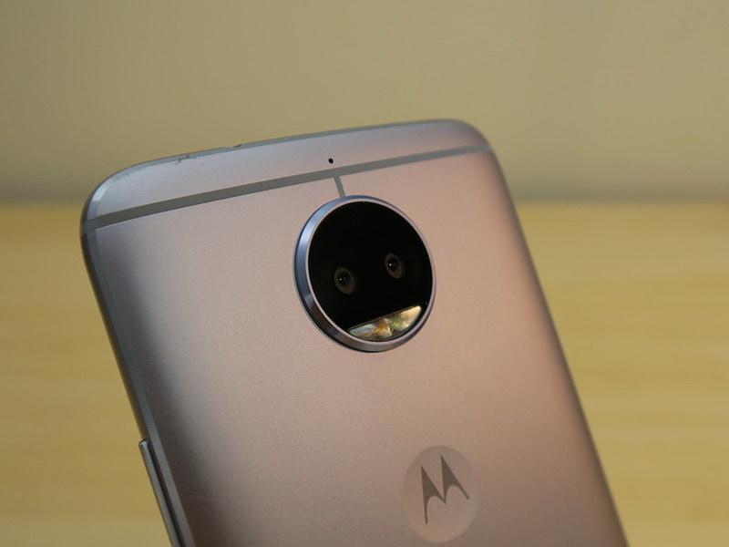 背面のデュアルカメラは1300万画素のカラーとモノクロのイメージセンサーを組み合わせたもの