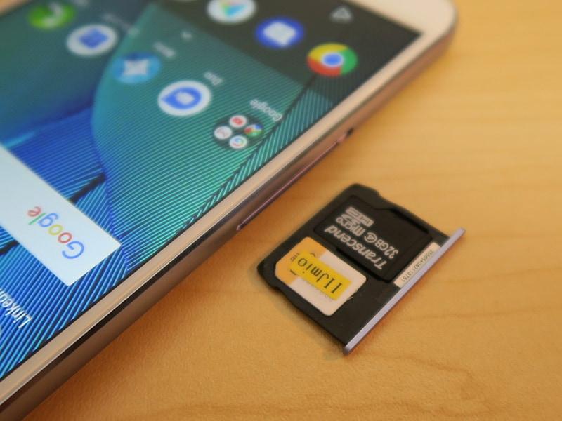 デュアルSIMに対応。2枚目のSIMカードはmicroSDメモリーカードを外して装着するため、排他利用になる