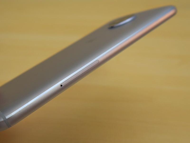 左側面にはピンを挿して取り出すタイプのSIMカードトレイを備える