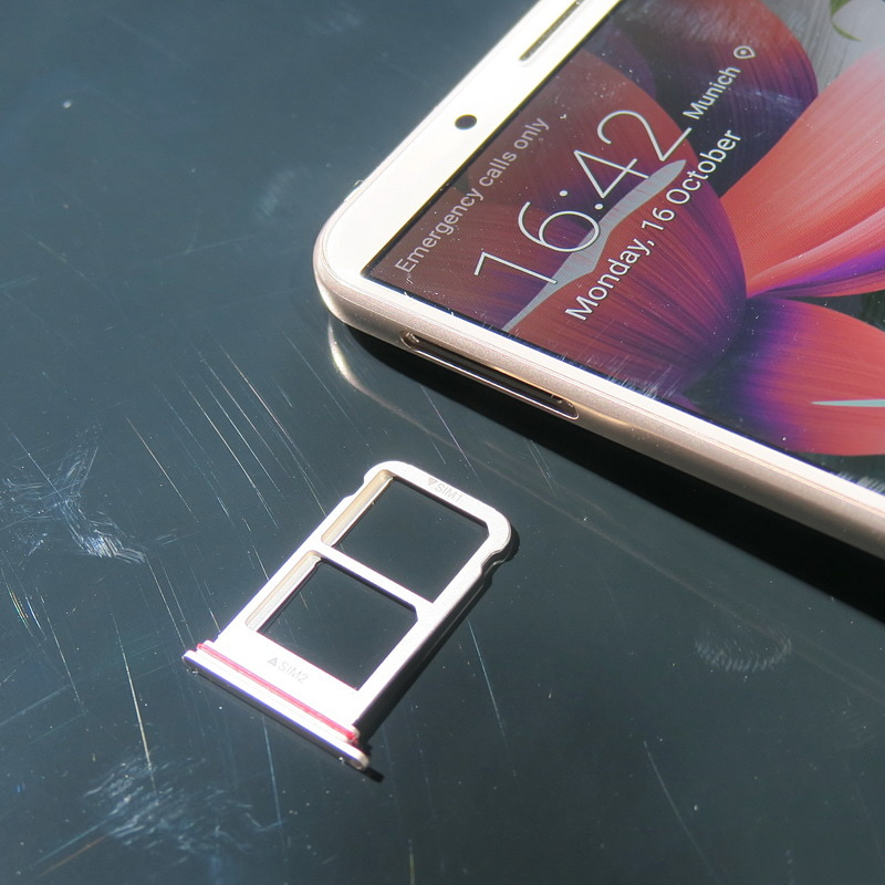 SIMカードトレイは両機種とも左側面の上側に格納されている。nanoSIMカードのデュアルSIM対応だが、microSDメモリーカードは利用できない