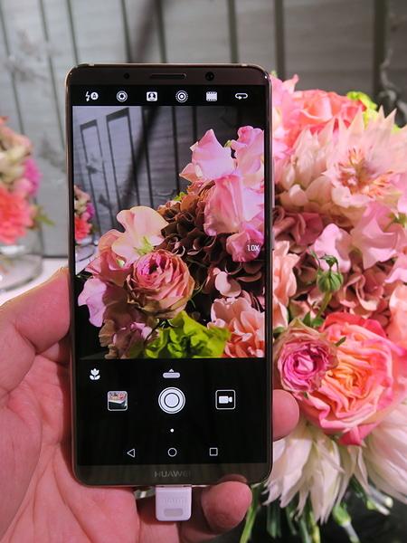 カメラの被写体認識機能を本物の花束で試したところ。左下に花のアイコンが表示される