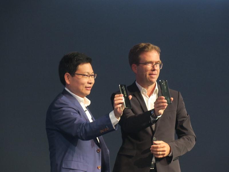 Porsche DesignのCEOのDr. Jan Becker氏(右)と共に、PORSCHE DESIGN Mate 10をアピールするRichard Yu氏
