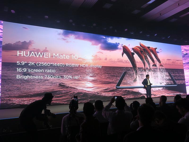 HUAWEI Mate 10は5.9インチのWQHD(2560×1440ドット)対応のRGBW方式によるHDR液晶ディスプレイを搭載。縦横比16:9で、これまでのモデルに比べ、明るさは30%向上