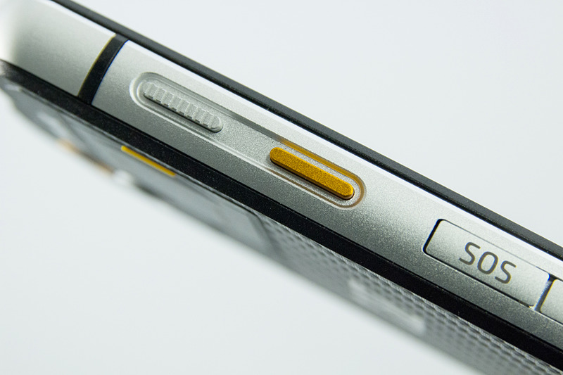 黄色いボタンはプログラマブルキー、アプリの起動などを割当可能。その上に電源キー