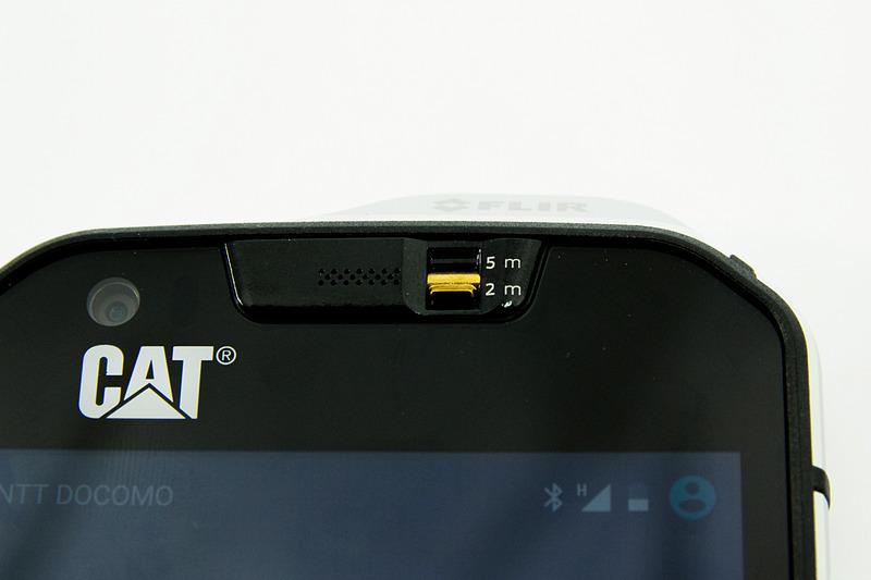 前面スピーカーをスイッチで塞ぐと、5mの防水性能を確保できる。スイッチオフの状態は2mまでの防水使用