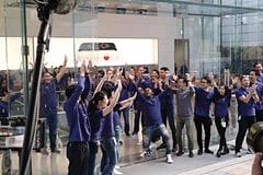 iPhone X発売~Apple 表参道には当日在庫目当ての行列 スタッフのテンションが最高潮となる営業開始の瞬間