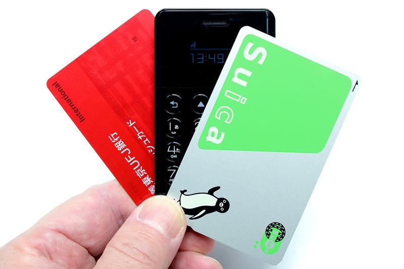 フューチャーモデルの「NichePhone-S」。ほぼカードサイズで質量は38g。シャツの胸ポケットに入れても違和感のないサイズ・質量のSIMロックフリー携帯電話です。実勢価格は1万1000円弱。カラーはブラックとホワイトが用意されています。