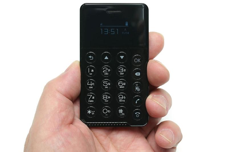 「NichePhone-S」のサイズは長辺90×短辺50×厚さ6.5mm。Suicaのサイズは約長辺85×短辺54×厚さ1mm。ほぼ同じサイズ感です。