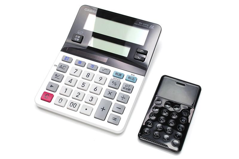 事務用電卓と並べると小ささ薄さが際立ちます。ミント菓子「MINTIA(ミンティア)」と、サイズも厚みも近い感じ。「NichePhone-S」の厚みは一般のプラスチックカード×5~6枚といった感じです。