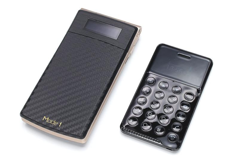 ピーアップの「Mode1 RETRO」(二つ折りガラケースタイルのAndroid端末)と比べた様子。機能性は全く異なりますが、やはり「NichePhone-S」は非常にコンパクトです。