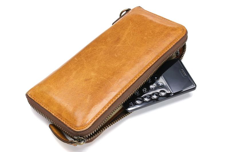 「NichePhone-S」はカードサイズで厚さ6.5mmなので、長財布に入れて携帯することもわりと現実的です。手持ちの名刺入れにもスッポリ収まってしまいました。