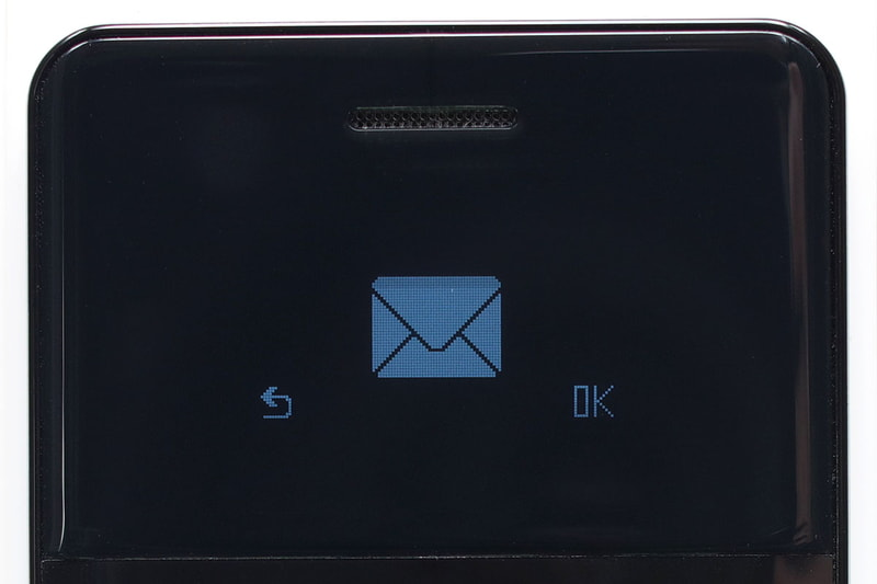 SMSを作成している様子。電話番号をメールアドレスとして使う「テキストのみ送受信できるメッセージ機能」ですね。ディスプレイは0.96型モノクロ有機ELで、解像度は128×64ドット。