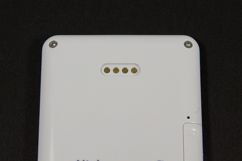 背面に充電・データ転送用のマグネット端子