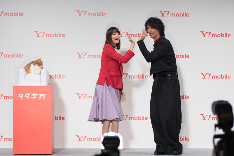 桐谷美玲と斎藤 工が新CM「双子ダンス部」篇のダンスを披露
