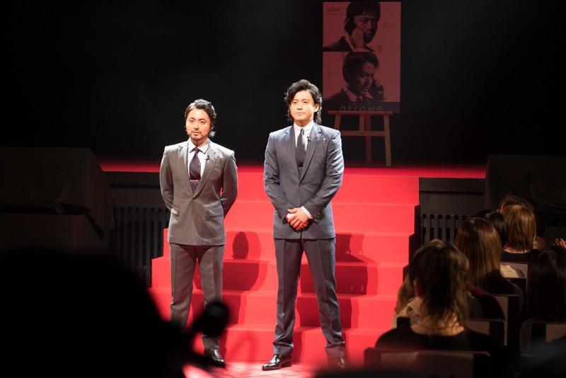 ファンも招待されていたとあって、華々しくレッドカーペットを歩いて壇上に上った山田孝之(左)と小栗旬(右)