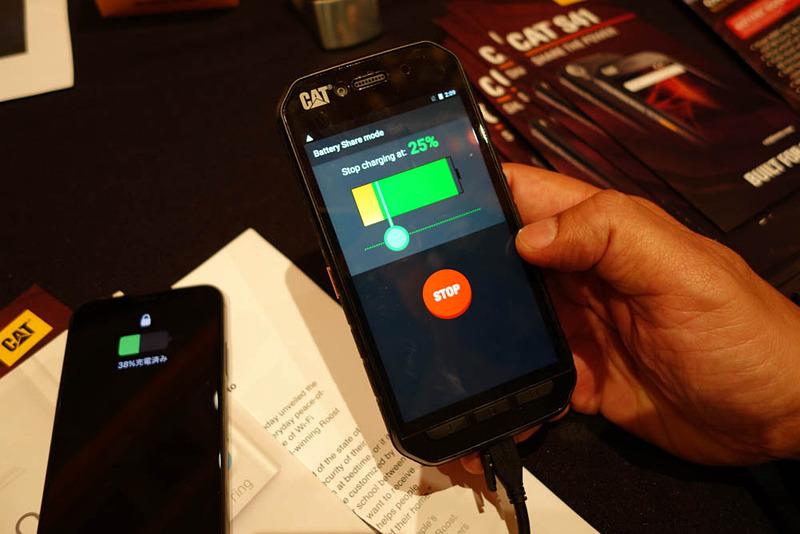 「CAT S41」から電力供給を受ける筆者のiPhone