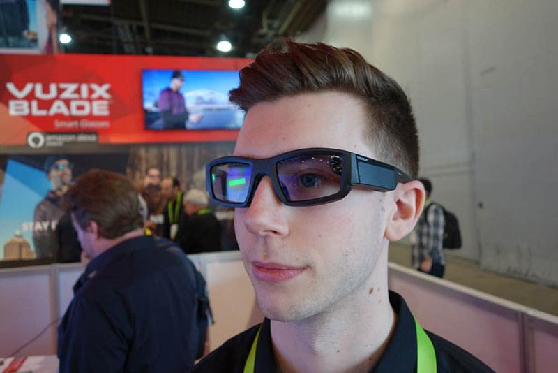 Blade。見た目はサングラスだが、このフレーム部にスマート機能も内蔵している
