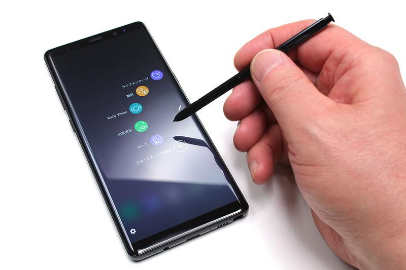 Galaxy Note8の本体下部右側にはSペンが格納されています。押して抜き出して使いますが、画面のタップやスクロール、手書き文字入力などを行えて、4096段階の筆圧を表現可能なので絵を描くのにも使えます。