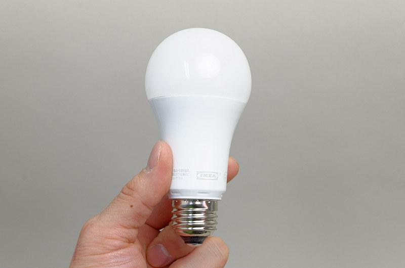 スマートLED電球「TRÅDFRI(トロードフリ)」。サイズ大きめでずっしりとくる重量感