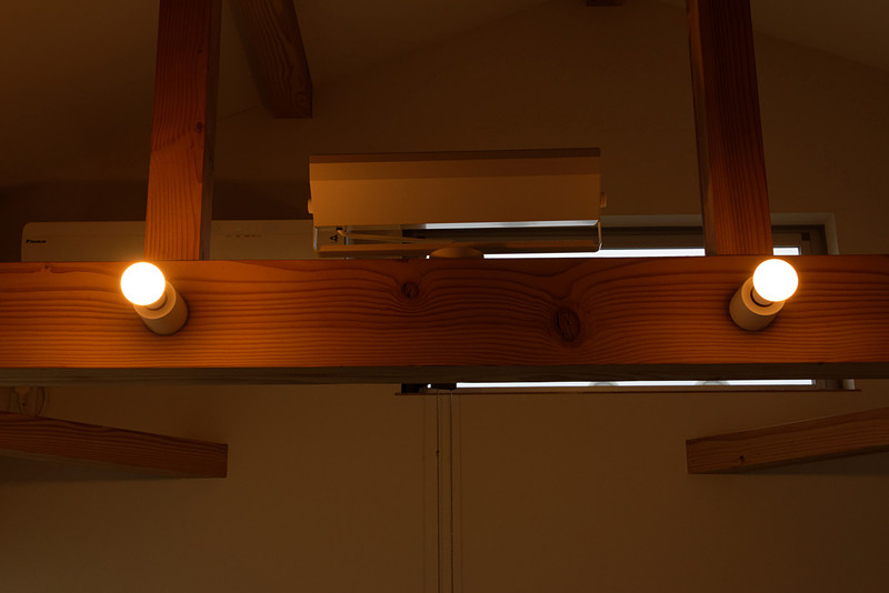 電球色で明るさ最大時を比較。左のトロードフリの方が少しだけ明るい