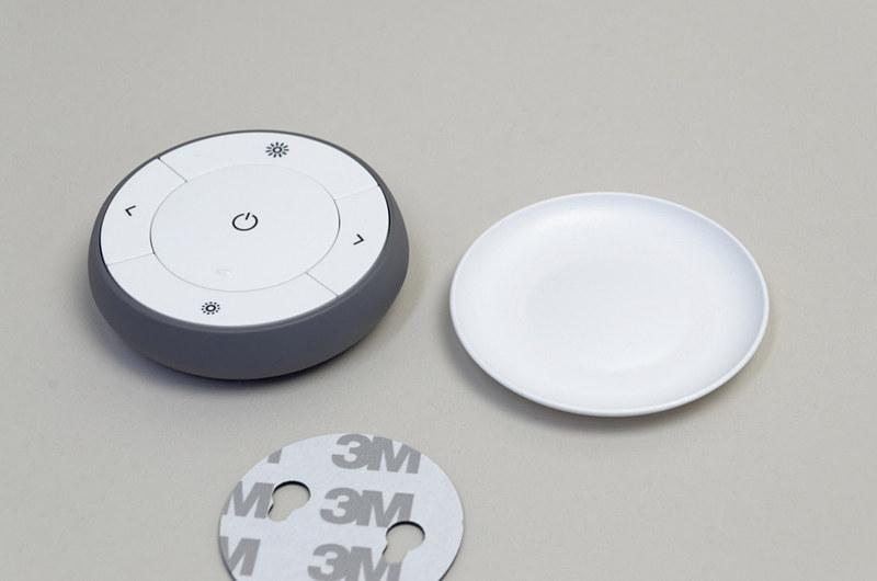 レスポンス良くオンオフを切り替えられる調光スイッチ。マグネットの力で皿状のホルダーと本体がくっつく仕組み。このホルダーは、ネジや付属の両面テープで壁などに設置できるようになっている。Hueブリッジと接続すると使えなくなるのは痛い