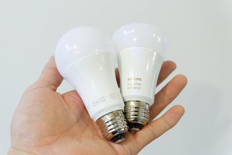 トロードフリ(左)とPhilips Hue(右)。トロードフリはスタンダードな電球の形をしている。デザインの好みで選ぶのもアリだろう
