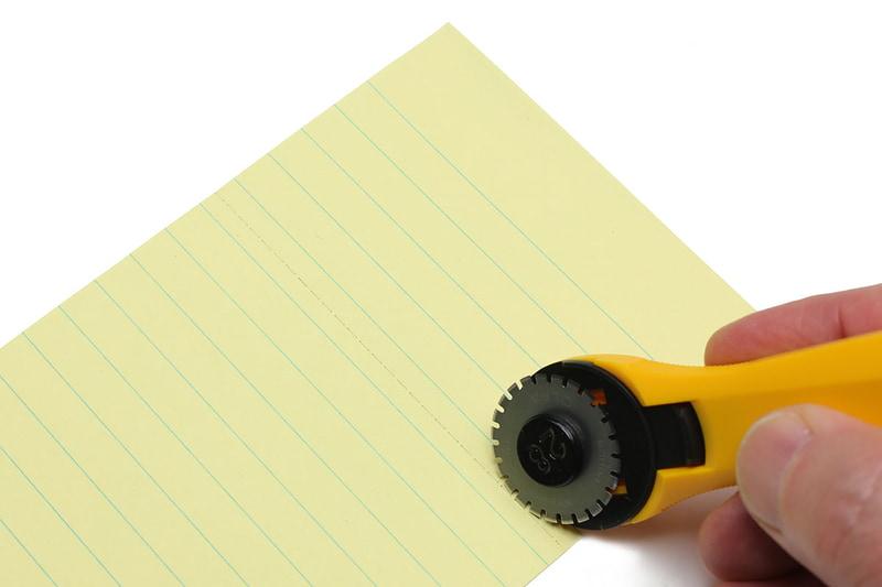 使い方は円形刃を対象の上でしっかり転がすだけ。キレイなミシン目ができます。