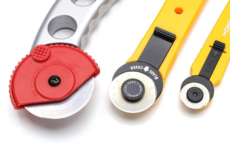 円形刃のカッター各種。切れ味、切り口のキレイさが際立つタイプのカッターで、布や革の裁断にもよく向きます。キンコーズなどのオンデマンドプリント店などにある据え置きカッターには、こういう円形刃が使われていますね。