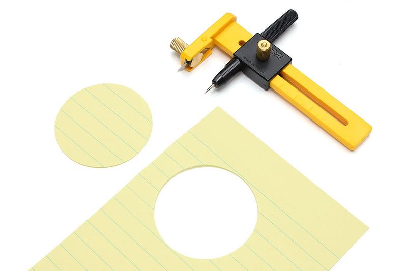 """オルファの円切りカッター各種(<a href=""""https://www.olfa.co.jp/products/productcategory/8"""" class=""""strong bn"""" target=""""_blank"""">公式ページ</a>)。コンパスのように使い、紙などを円形に切り抜くことができます。"""