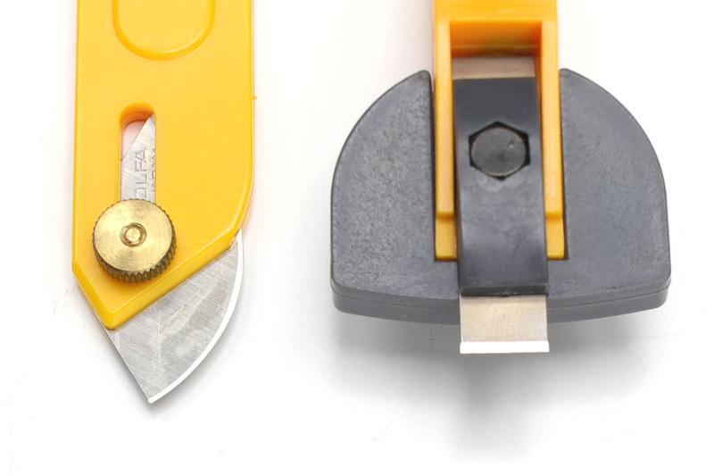 「テクニックナイフ」は半円状の刃で、厚め硬めの対象をキレイにカットできます。「パネルカッター」は対象に刃を当ててハンマーなどで叩いて切る、ノミのように使うカッターです。
