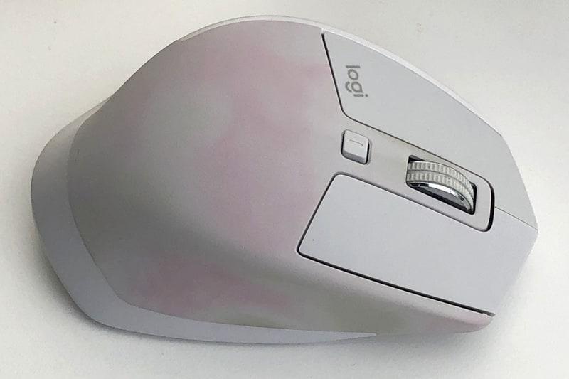 左は、もともと明るいグレーのマウスですが、樹脂に起こる「ピンキング」という変色現象が発現した状態だと思われます。iPhoneの白いケーブルがピンク色に変色することがあるそうですが、それと同じ現象のようです。これもまた、お金も手間もかけずに右写真のように「変色を大幅に軽減する」ことができます。