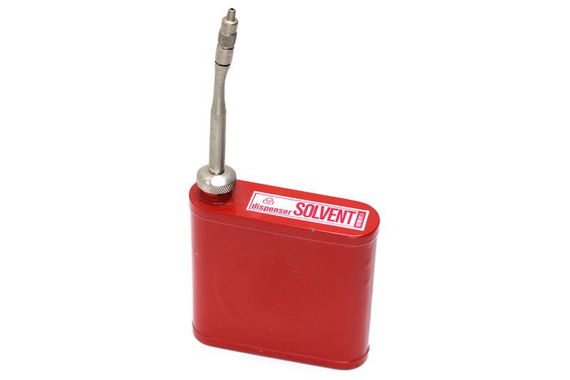 福岡工業の「ソルベント」。缶入りで各容量が売られています。これを専用ディスペンサーに入れて使います。