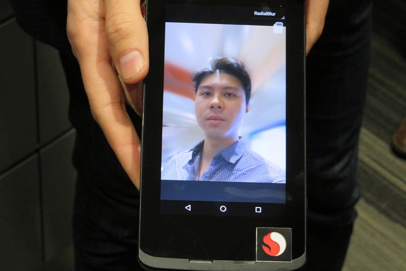 1つのインカメラで人物を認識し、背景にエフェクトをかける
