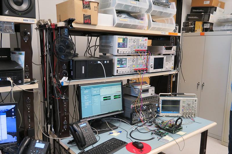 さまざまな機材を用いて認識精度の向上や常時スタンバイ時の省電力化を研究している