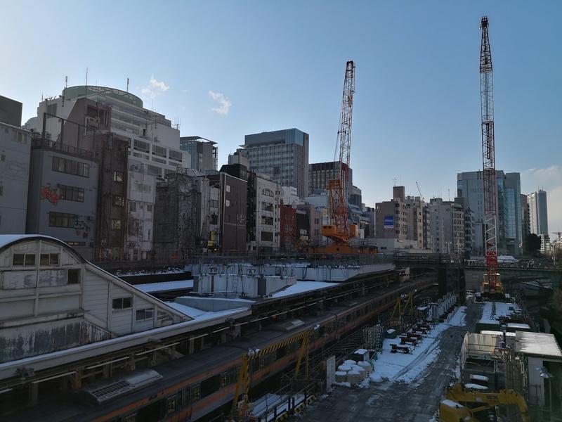 大雪の後の御茶ノ水駅(駅舎の改装中)。モノクロの階調は秀逸だが雪が積もったという非日常感は薄い