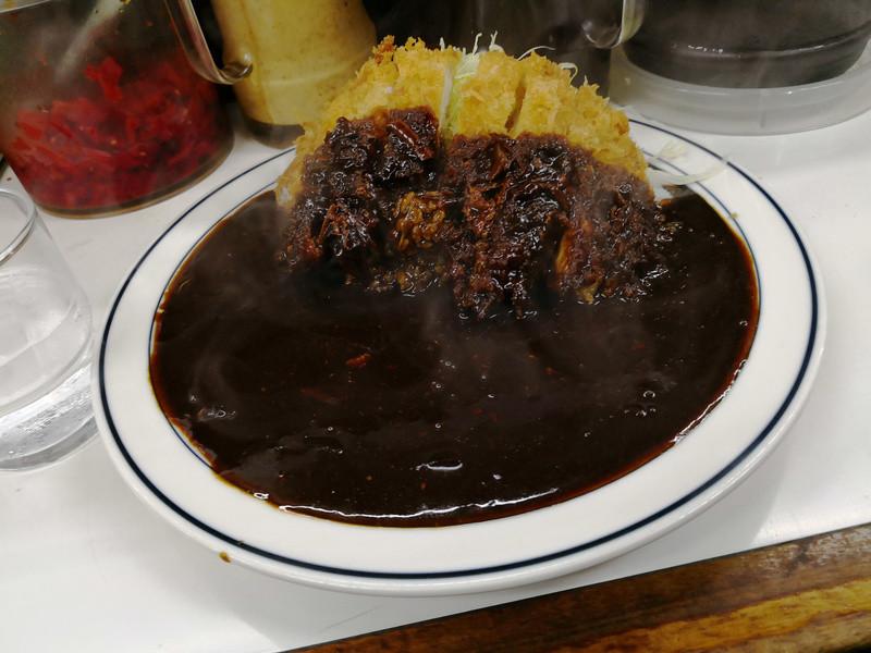料理の写真はモノクロだとその魅力を伝えづらいが、神保町の伝統的な洋食屋の黒いカツカレーはカラーでもたいして差はなかった……