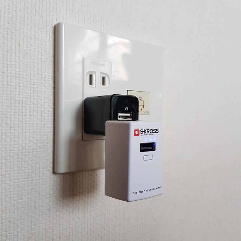 壁面のACアウトレットへの接続は一般的なUSB/ACアダプター経由となる