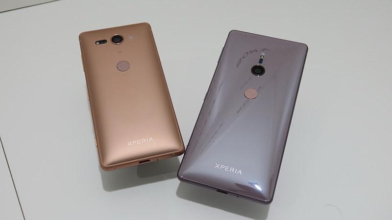 Xperia XZ2 Compact(左)とXperia XZ2の背面。指紋センサーも背面移動した